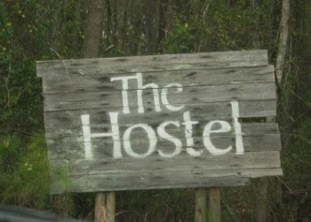 hostel-in-forest-Sign.jpg (350�250)