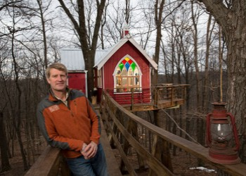 Pete Nelson at the Mohicans Little Red Treehouse