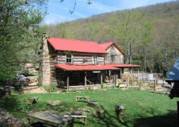 Wood's Hole Hostel & Mountain Retreat in Pearisburg, Virginia
